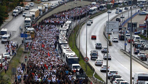 Сторонники оппозиционной турецкой Народно-республиканской партии во время акции Марш справедливости в Стамбуле. 8 июля 2017