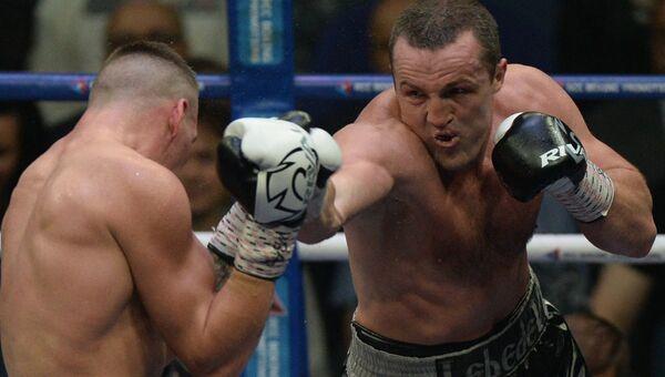 Денис Лебедев (Россия) и Марк Флэнаган (Австралия) во время боя за звание чемпиона мира по боксу среди профессионалов в тяжелом весе по версии WBA. 9 июля 2017