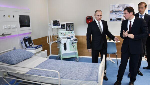 Президент РФ Владимир Путин знакомится с экспозицией 8-ой Международной промышленной выставки Иннопром - 2017. 10 июля 2017