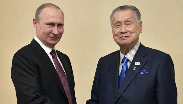 9 июля 2017. Президент РФ Владимир Путин и бывший премьер-министр Японии Ёсиро Мори (справа) во время встречи.