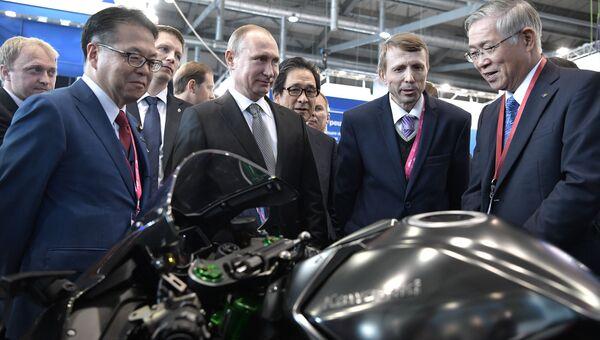 Владимир Путин знакомится с экспозицией Японии на выставке Иннопром - 2017. 10 июля 2017