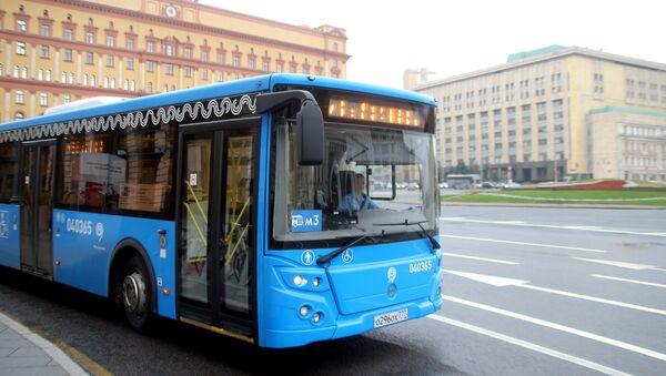 Автобус маршрута М3 в центре Москвы. Архивное фото