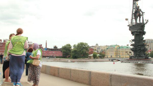 Волонтеры из очереди к мощам святителя Николая Чудотворца в Москве