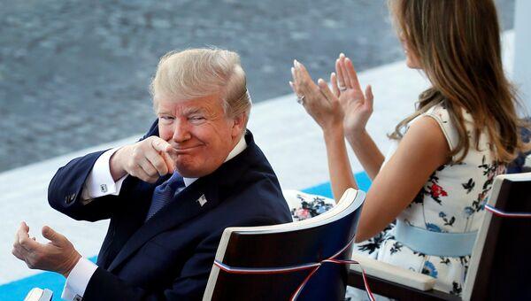 Президент США Дональд Трамп с супругой Меланьей во время парада на Елисейских полях в честь  Дня взятия Бастилии. 14 июля 2017