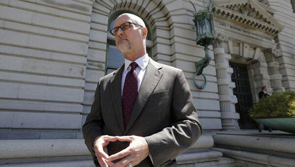Представитель организации PETA, представляющей интересы обезъяны,  Джефф Керр перед судом против фотографа Дэвида Слейтера