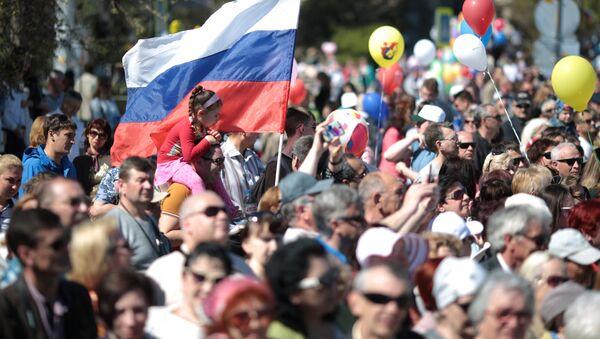 Жители с флагом России. Архивное фото