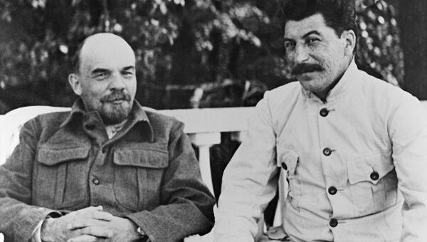 Владимир Ильич Ленин и Иосиф Виссарионович Сталин (справа) в Горках. 1922 год