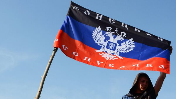 Флаг самопровозглашенной Донецкой народной республики. Архивное фото