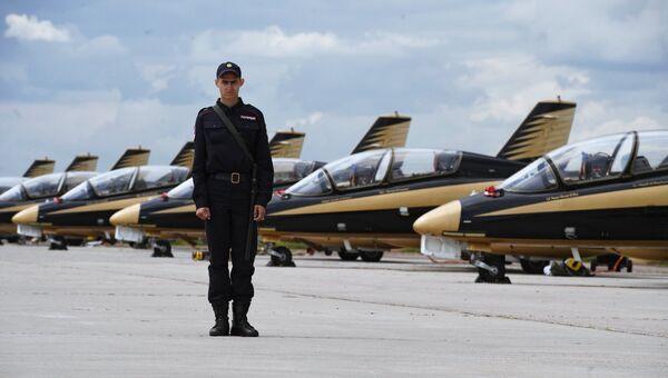 Сотрудник правоохранительных органов на Международном авиационно-космическом салоне МАКС-2017 в Жуковском. 19 июля 2017