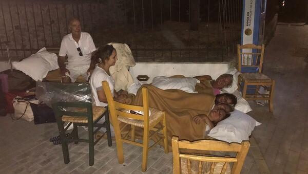 Люди спят на улице после землетрясения на острове Кос, Греция. 21 июля 2017