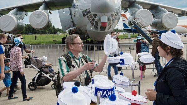 Посетители на Международном авиационно-космическом салоне МАКС