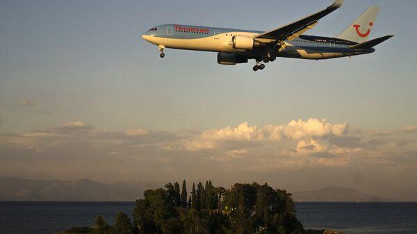 Самолет Boeing 767-300 авиакомпании Thomson Airways у аэропорта города Керкиры на греческом острове Корфу. 20 июня 2014