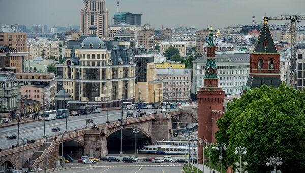 Вид на Константино-Еленинскую башню и Москворецкую башню в Москве. Архивное фото