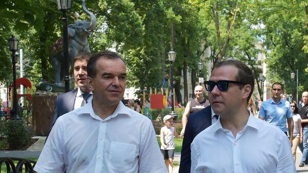 Дмитрий Медведев и губернатор Краснодарского края Вениамин Кондратьев во время посещения сквера Дружбы народов в Краснодаре. 24 июля 2017