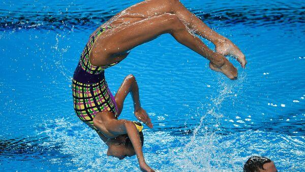 Михаэла Каланча и Александр Мальцев (Россия) выступают с произвольной программой в финальных соревнованиях по синхронному плаванию среди смешанных дуэтов на чемпионате мира FINA 2017