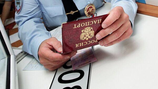 Выдача государственных регистрационных знаков. Архивное фото