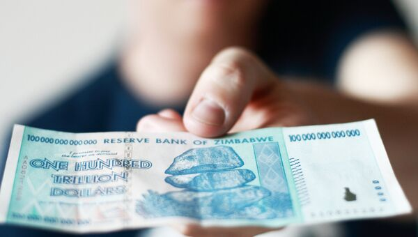Купюра номиналом 100 триллионов долларов Зимбабве. Архивное фото