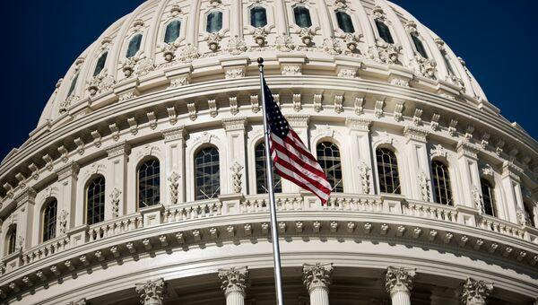 Американский флаг на здании Капитолия в Вашингтоне