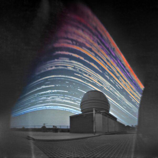Работа фотографа Maciej Zapior Solar Trails above the Telescope, вошедшая в шорт-лист Insight Astronomy Photographer of the Year 2017