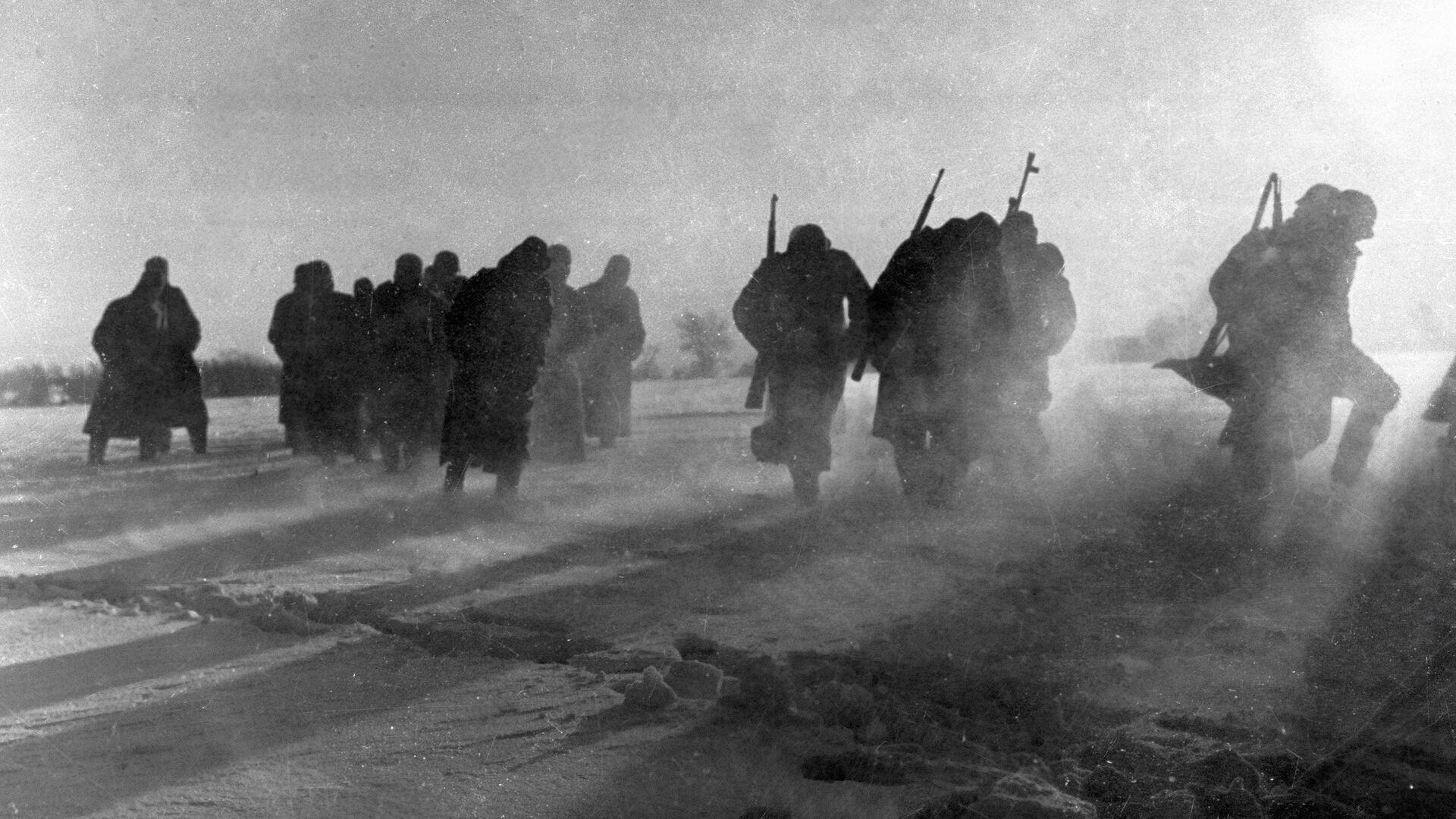 Солдаты разбитой гитлеровской воинской части, окруженные под Москвой, сдаются в плен. 1941 год  - РИА Новости, 1920, 06.02.2020