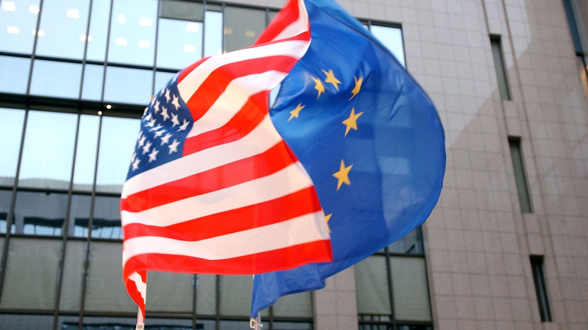 Флаги ЕС и США на здании Европейского парламента в Брюсселе  - РИА Новости, 1920, 10.09.2020