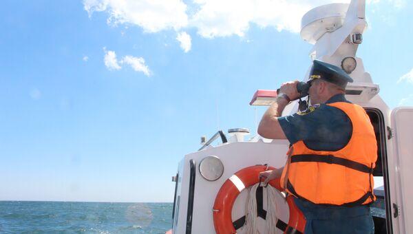 Сотрудник МЧС во время поисково-спасательной операции после крушения сухогруза возле Крыма