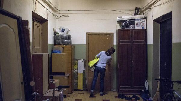Женщина на лестничной площадке жилого дома в Северо-Западном административном округе города Москвы