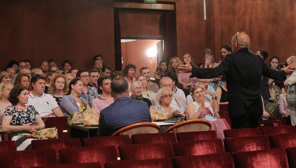 Традиционный сбор труппы Московского драматического театра на Малой Бронной. Архивное фото