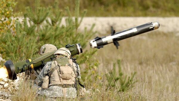 Американские военные производят выстрел из противотанкового ракетного комплекса (ПТРК) FGM-148 Javelin. Архивное фото