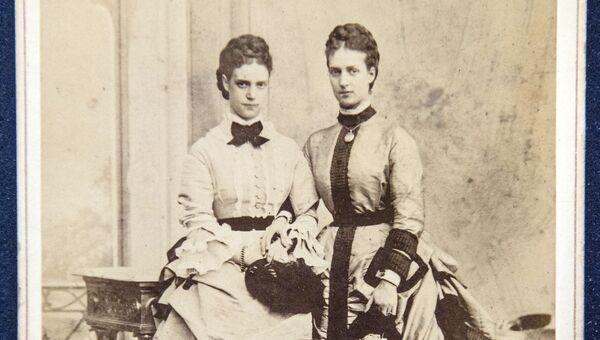 Фотография с изображением супруги императора Александра III Марии Федоровны (слева) и ее сестры Александры - документ из архива семьи Романовых, переданного музею-заповеднику Царское село