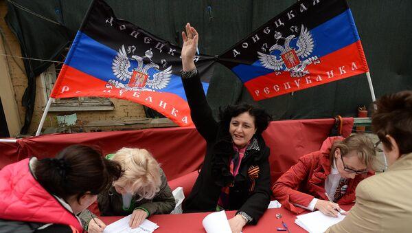 Жители Донбасса голосуют на референдуме о статусе самопровозглашенной Донецкой народной республики. Архивное фото