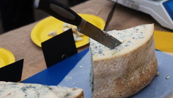 Сыр, представленный на фестивале фермеров – сыроваров в Московской области. Архивное фото