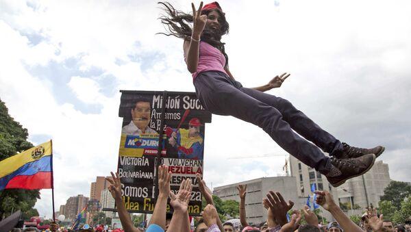 Сторонники президента Венесуэлы Николаса Мадуро празднуют начало работы Учредительного собрания. 4 августа 2017