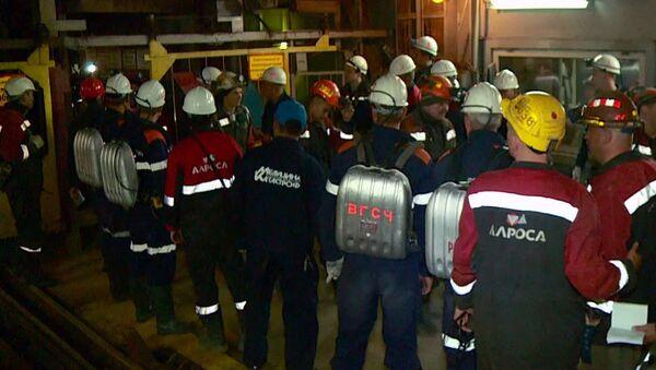 Горнорабочие рудника Мир во время эвакуации на поверхность
