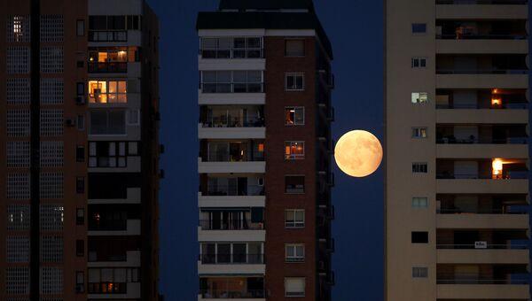 Частичное лунное затмение над Малагой, Испания