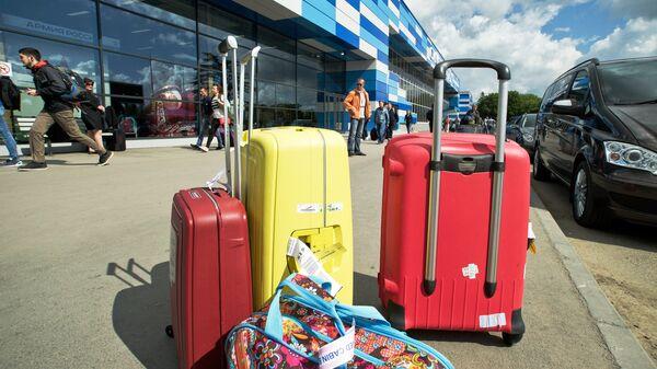 Чемоданы возле аэропорта