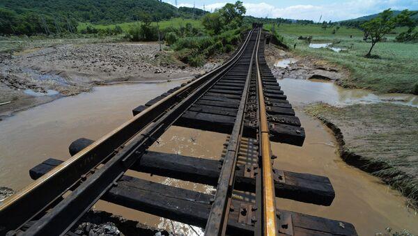 Рельсовая колея разрушенного в результате наводнения железнодорожного моста на перегоне Уссурийск - Славянка в Приморском крае. 8 августа 2017