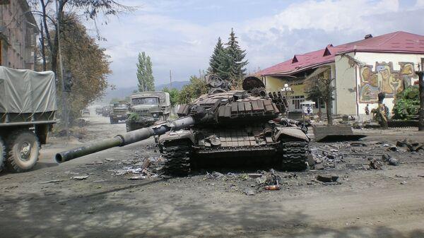 Боевая техника в городе Цхинвали, подвергшемся нападению грузинских войск