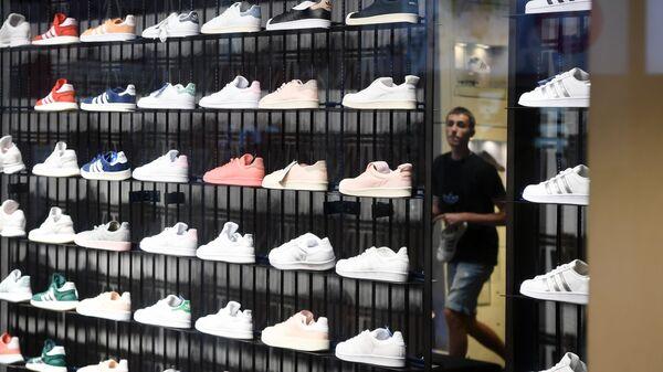 Стеллаж с кроссовками в одном из магазинов спортивной одежды и обуви Adidas