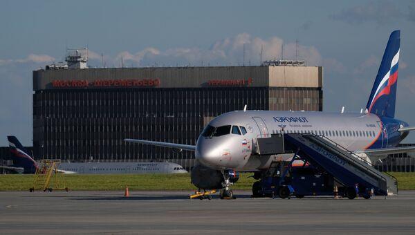 Самолет Sukhoi Superjet 100 в аэропорту Шереметьево в Москве. Архивное фото