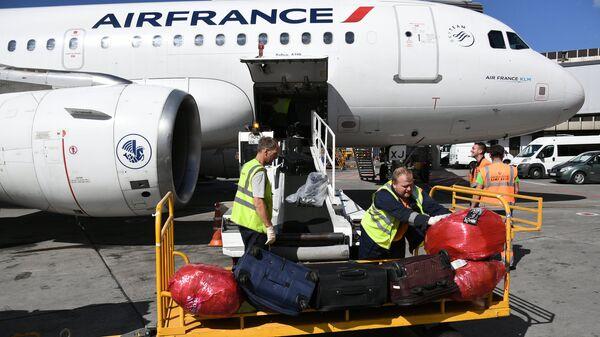 Выгрузка багажа Airbus A320 в аэропорту Шереметьево в Москве