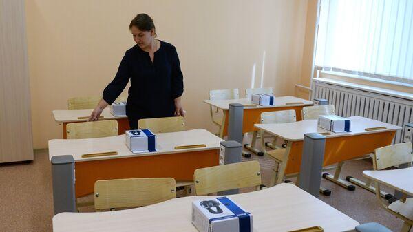 Учитель в классе школы №212 в Новосибирске