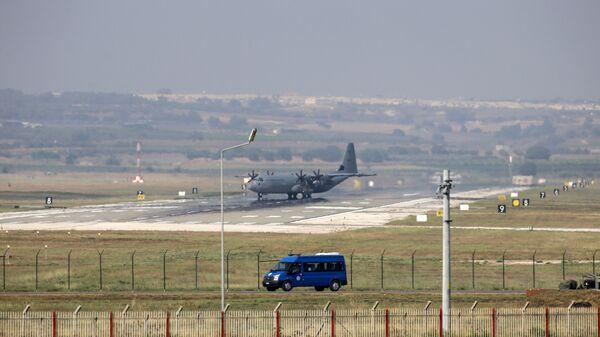 Военно-транспортный самолет ВВС США С-130 Hercules на авиабазе Инджирлик в Турции