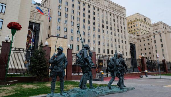 Памятник героям фильма Они сражались за Родину у здания министерства обороны РФ на Фрунзенской набережной в Москве