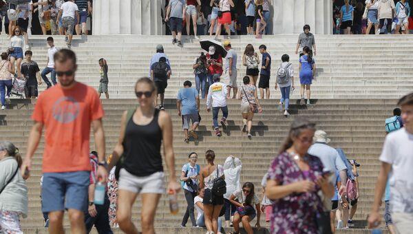 Люди на лестнице Мемориала Линкольна в Вашингтоне