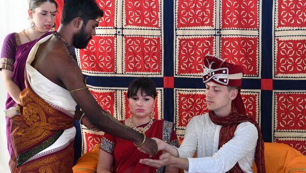 Традиционная свадьба на фестивале индийской культуры в честь Дня независимости Индии в парке Сокольники. 12 августа 2017