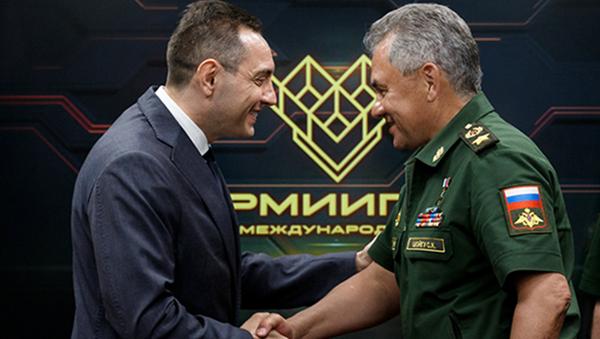 Глава минобороны Сербии Александр Вулин и министр обороны РФ генерал армии Сергей Шойгу. 12 августа 2017