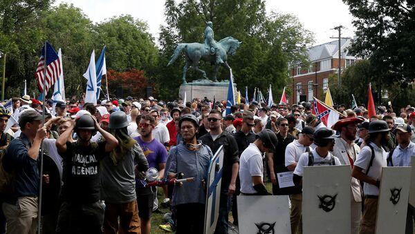Ультраправые собираются возле памятника Роберту Ли во время протестов Шарлоттсвилле, штат Вирджиния