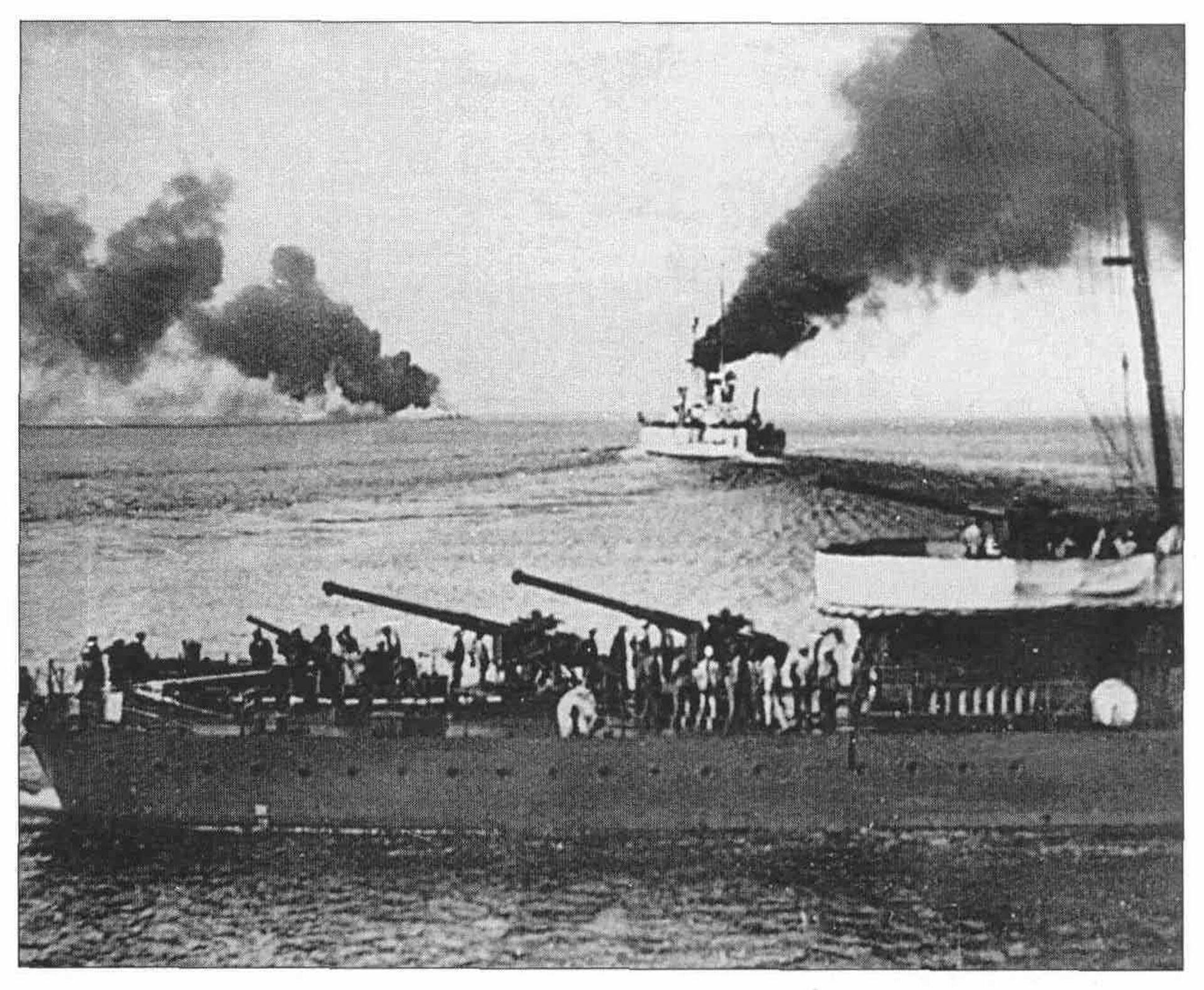 Линкор Воля уходит из Новороссийска 17 июня 1918 года. На переднем плане — оставшийся для затопления эсминец Керчь - РИА Новости, 1920, 19.10.2020
