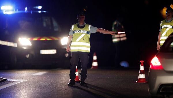 Французские жандармы перекрыли дорогу недалеко от места, где автомобиль врезался в пиццерию в департаменте Сена и Марна